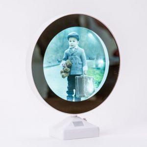 מראה שולחנית עגולה עם תמונה אישית מוארת