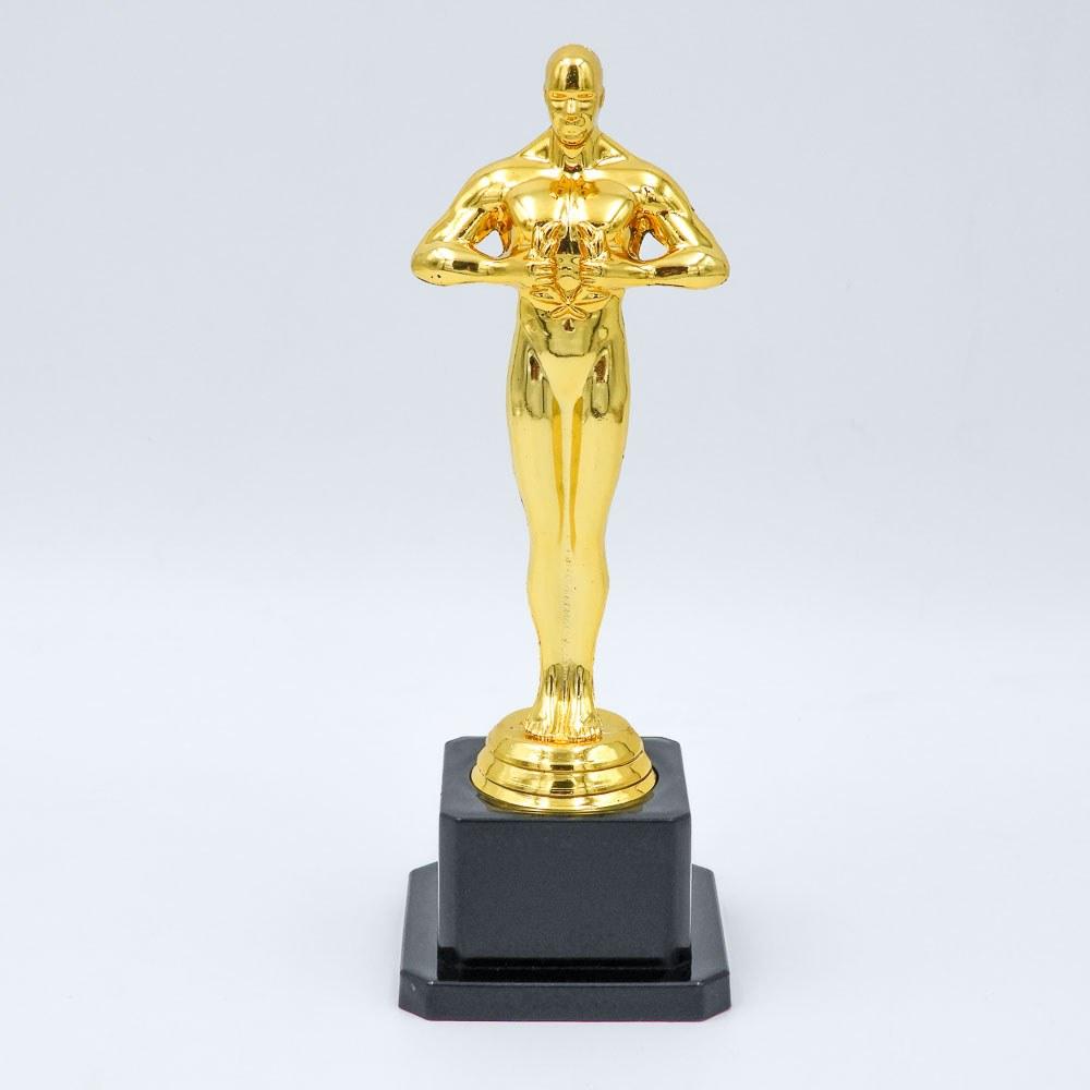 פסלון אוסקר בצבע זהב עם במת פלסטיק שחורה כבדה חזית