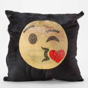 כרית הקסם 35 סמ מרובעת מוג'וס אימוג'י מאוהב ומנשק בצבע שחור עם פייטים מתהפכים -