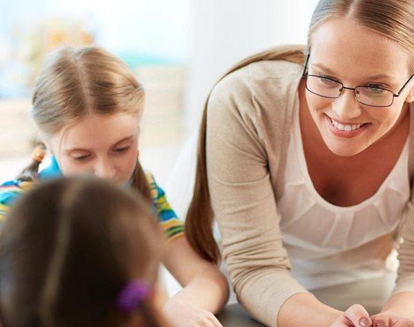 מורה עם תלמידים, מתנה למורה לסוף שנה.
