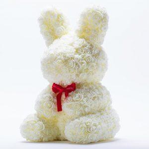 דובי פרחים גדול בעיצוב ארנב בצבע שמנת ופפיון בקופסת מתנה 47 סמ -