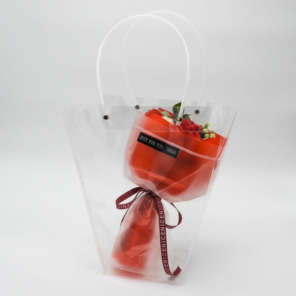 סידור זר פרחי סבון אדומים ולבנים בשקית שקופה