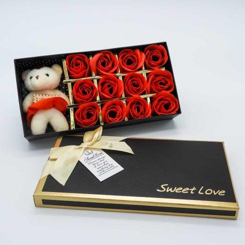 קופסת מתנה 12 פרחי סבון אדומים ודובי K400383-1