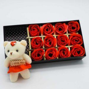 קופסת מתנה 12 פרחי סבון אדומים ודובי -