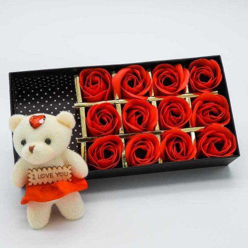 קופסת מתנה 12 פרחי סבון אדומים ודובי K400383