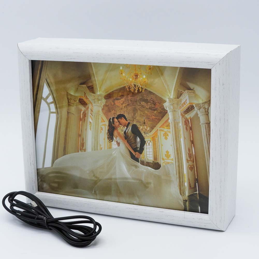 מסגרת לתמונה לבנה מעץ עם תאורה
