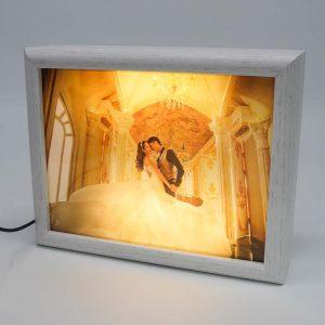 מסגרת לתמונה לבנה מעץ עם תאורה -
