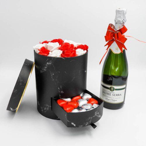 מארז מתוק קלאסי שחור עם פרחי סבון ומסגרת לתמונה K000030-1
