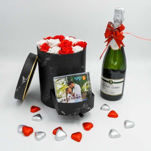 מארז מתוק קלאסי שחור עם פרחי סבון ומסגרת לתמונה K000030