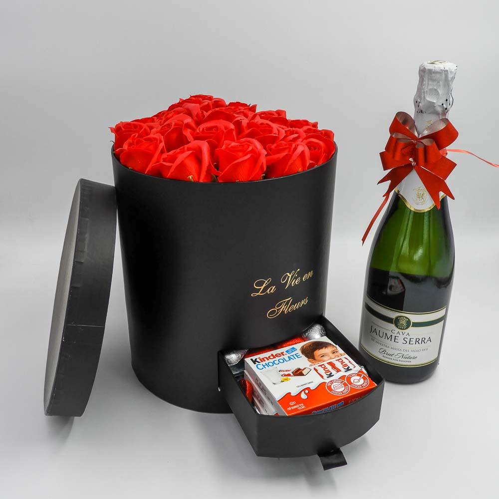 מארז שוקולד ויין גדול ויוקרתי שחור עם פרחי סבון מסגרת לתמונה K000032-1
