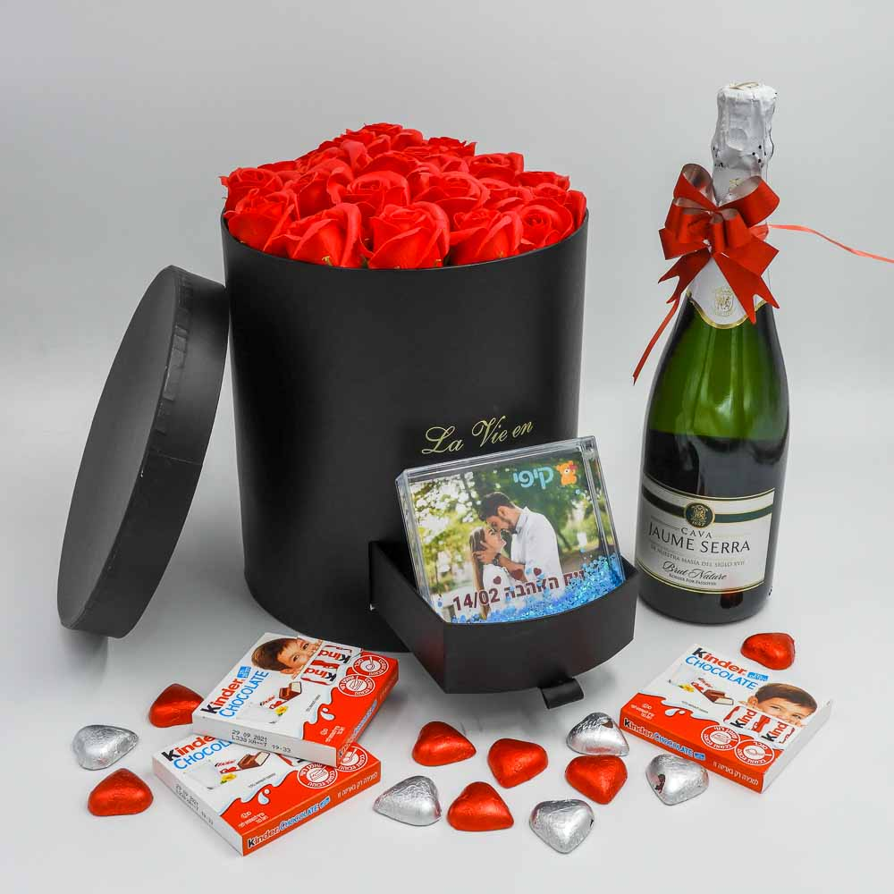 מארז שוקולד ויין גדול ויוקרתי שחור עם פרחי סבון מסגרת לתמונה K000032