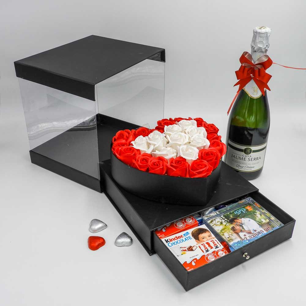 מארז שוקולד מפנק לב גדול בצבע שחור מכסה שקוף ומסגרת לתמונה K000036-3