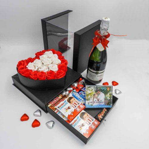 מארז שוקולד מפנק לב גדול בצבע שחור מכסה שקוף ומסגרת לתמונה K000036