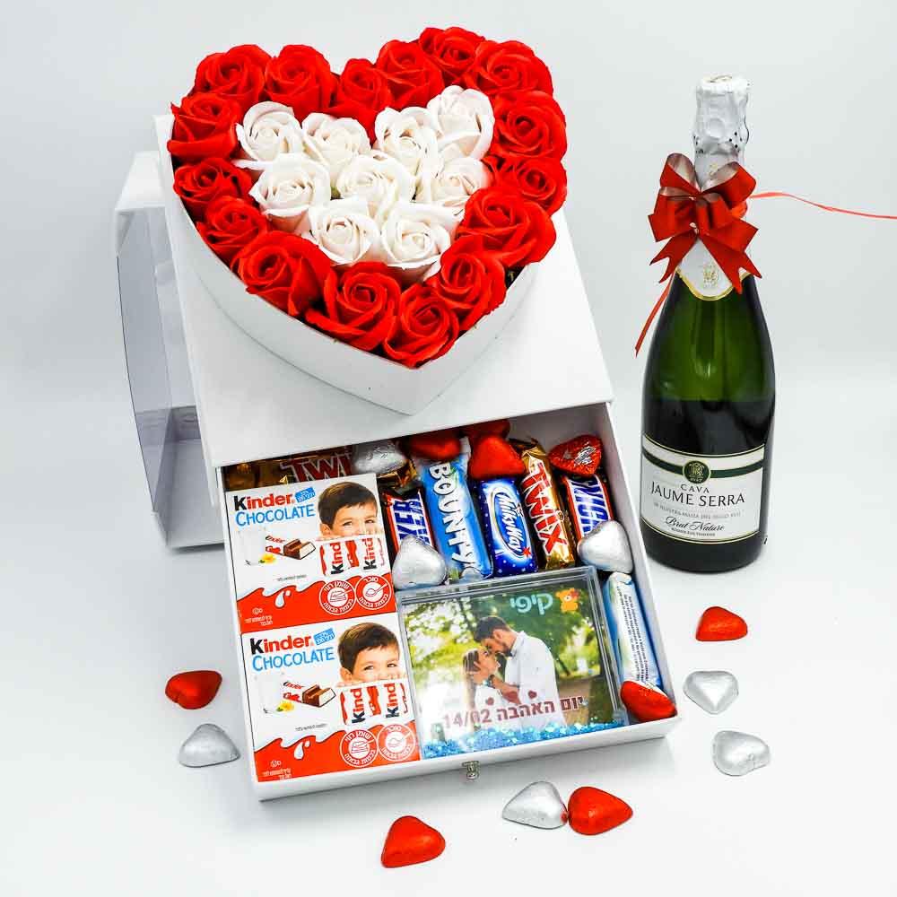 מארז שוקולד מפנק לב גדול בצבע לבן מכסה שקוף ומסגרת לתמונה K000037-1