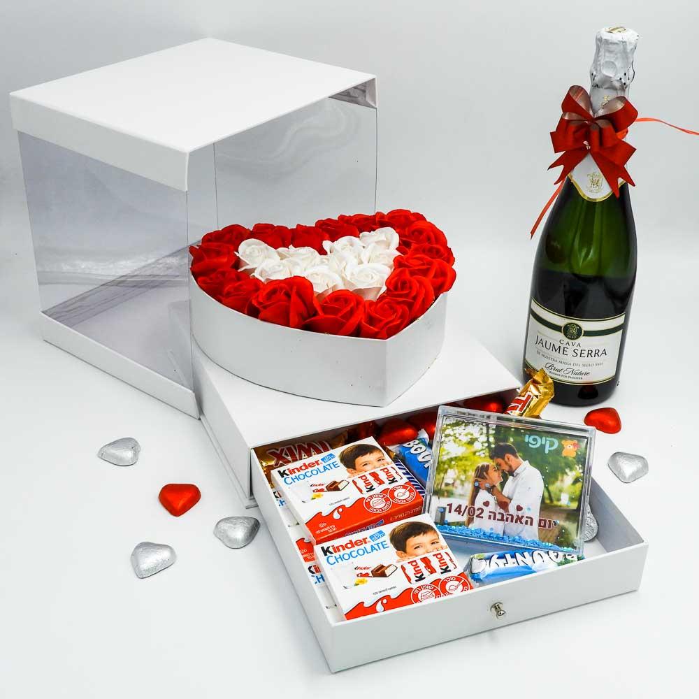 מארז שוקולד מפנק לב גדול בצבע לבן מכסה שקוף ומסגרת לתמונה K000037
