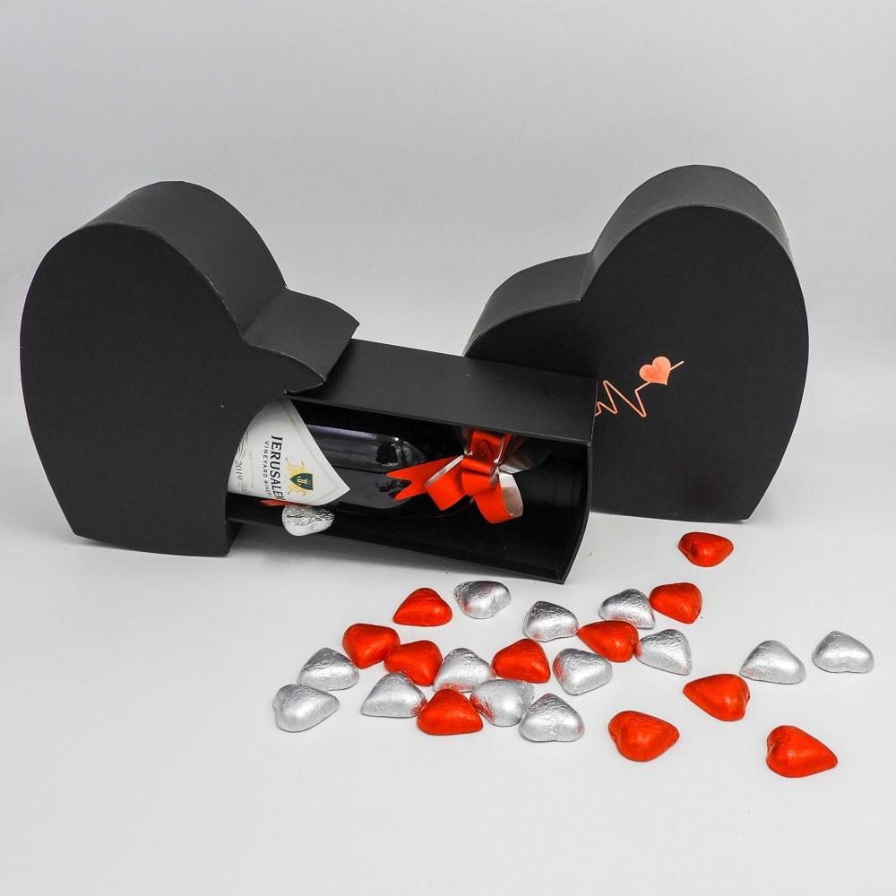 מארז יין ופרלינים משוקולד בקופסת מתנה קופידון שחורה K000038