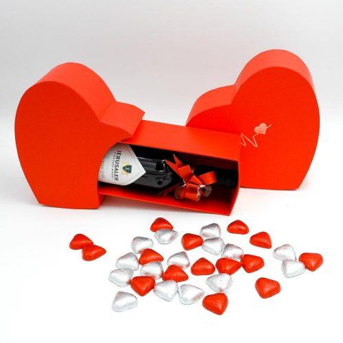 מארז יין ופרלינים משוקולד בקופסת מתנה קופידון אדומה K000040