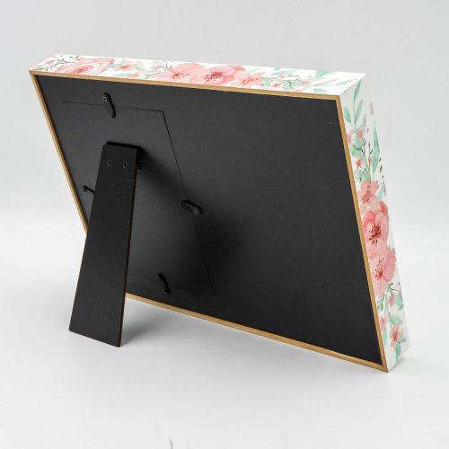 מסגרת לתמונה מעץ מתנה לסייעת בעיצוב פרחוני עם הבלטה והטבעה מזהב צד אחורי
